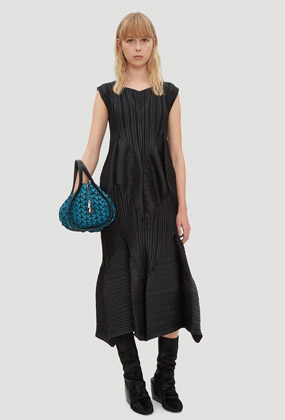 Zig Zag Pleats Dress in Black